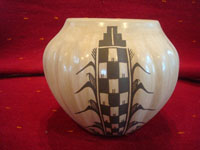 Native American Indian pottery and ceramics, a beautiful melon pot, signed by the famous potter Juanita Fragua (b. 1935) from Jemez Pueblo, c. 1980. Main photo of the melon pot.