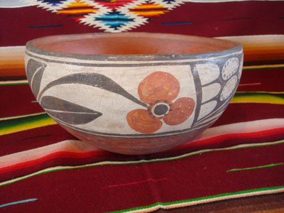 Native American Indian vintage pottery and ceramics, a beautiful Santo Domingo pottery bowl with lovely hand-painted decoration, Santo Domingo Pueblo, New Mexico, c. 1950.