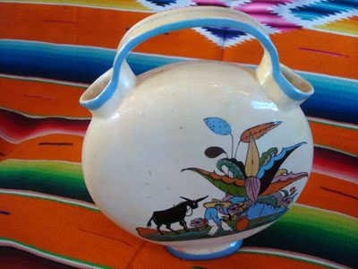 Mexican vintage pottery and ceramics, a beautiful canteen-like vase, often referred to as a wedding vase, San Pedro Tlaquepaque or Tonala, Jalisco, c. 1940's. The vase is beautifully glazed and the artwork is very crisp and wonderful. A photo of the second side of the vase.