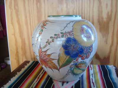 Mexican vintage pottery  and ceramics, a stunningly beautiful Tonala burnished globe vase with incredibly fine artwork decoration, Tonala, c. 1930. The artwork features a wonderful egret amidst floral decorations. Another side of the vase.